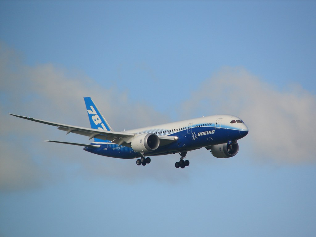 Boeing 787 on finals at Auckland (NZAA) by DeeKnow, on Flickr
