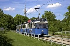 P-Zug 2005/3039 in der Ackermannschleife vor dem Olympiaturm (Frederik Buchleitner) Tags: 2005 3039 ackermannschleife linie21 linie28 linie2821 linienverbund munich mnchen olympiapark pwagen strasenbahn streetcar tram trambahn