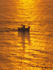 Barco de pesca al atardecer (Mimadeo) Tags: ocean sunset red sea sky orange fish color water beautiful sunrise landscape golden evening boat fishing ship dusk vessel calm fishingship
