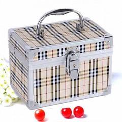 กระเป๋าใส่เครื่องสำอางค์ กล่องทรงสี่เหลี่ยมแฟชั่นเกาหลีลายตาราง นำเข้า สีครีม - พร้อมส่งAP2551 ราคา1500บาท สำหรับผู้หญิงที่ต้องสวยครบเซทจะใช้ไปเที่ยวเมืองนอกไปต่างจังหวัดจัดทริปกับแก๊งค์เพื่อนสไตล์เซเลบ กระเป๋าใส่เครื่องสำอางค์ทรงสี่เหลี่ยมแข็งมีกุญแจล็อก