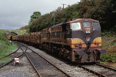 5. 080 with a Waterford bound wood train from the west arriving at  Thomastown, 4-9-1998. (Kernow Rail Phots) Tags: wood ireland irish train ir rail signals 1998 waterford thomastown cie 080 071