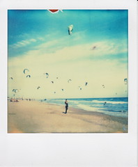 kitesurf (santisss) Tags: polaroid sx70 kitesurf impossible castelldefels colorshade px70 impossibleproject coolfilm