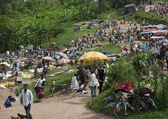 Market crowd near Kigali - Rwanda (Eric Lafforgue) Tags: africa sun umbrella outdoors soleil market crowd rwanda parasol heat afrika foule commonwealth marche parapluie afrique marketstall eastafrica chaleur marketscene ombrelle centralafrica kinyarwanda largegroupofpeople ruanda 2652 afriquecentrale     republicofrwanda   ruandesa