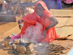 COCINANDO (titoalfredo) Tags: india mujer asia palos sarten cocinando benarés