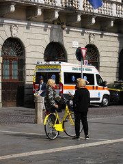 Il Giallo Protagonista (r_evolution63) Tags: street city urban italy woman colors yellow donna women chat europa europe strada italia place sony streetphotography talk streetlife giallo donne piazza chatting colori compact citt padova bycicle bicicletta padua byke veneto piazzadeisignori dscw7 chiacchiere parlare chiacchierare palazzodelcapitanio provinciadipadova croveverdepadova