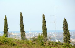 Sue altezze....... (mari4ever Marinella) Tags: panorama alberi grattacielo antenna cesenatico