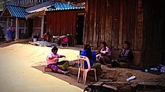 THAILAND , Bergdorf im Norden , Plausch vor der Hütte , 86 (roba66) Tags: travel people thailand asia asien leute dorf village urlaub menschen explore human thai thailandia hmong bergdorf eastasia bergvölker bergvolk thailandnorden