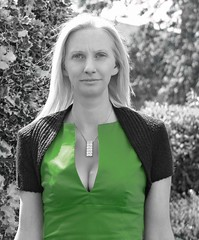 Sue (Mikes Photos2009 / 2013) Tags: portrait green noiretblanc cleavage shrug colourspotting