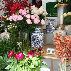 """The Finest Flower Service""  Presenting the finest quality flowers at our NEW  HOUSE.  ぜひ新しいショップへお越し下さい、  ご自分で花をデザインするD.F.Y.体験をしませんか。  เราพร้อมเปิดให้บริการดอกไม้สวย คุณภาพดี หรือแวะมาชมและถ่ายรูปดอกไม้ได้ทุกวันครับ  เรือนบุษบา ร้านดอกไม้ @ ซอยพร้อมมิตร ส"