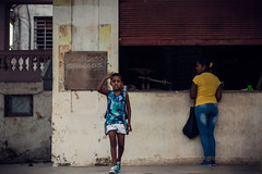Cigarros criollos (Un par de peras) Tags: habana habanacuba havanacuba havana cigarros cigarroscriollos cubancigar cigar people cubains cubanpeople cuban cuba woman kid cubanwoman airelibre street cubanstreet streetofcuba