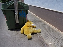 self portrait (maximorgana) Tags: road bear park green smiling yellow trash dumpster toy stuffed teddy pavement container sidewalk tired teddybear rubbish torn lying cartagena exhausted apart puntodefuga greenarea barriadahispanoamerica