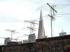 Chinatown, San Francisco (Dave Glass . foto) Tags: sanfrancisco brick television tv antenna transamericapyramid lowtech tvantenna chinatownsanfrancisco televisionantenna