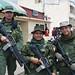 Poliziotti in divisa anti guerriglia vigilano il mercato