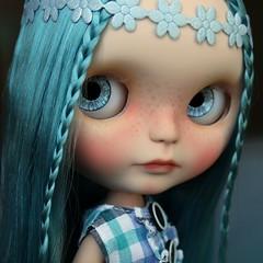 I love her blue hair!!