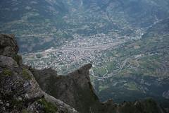 Glishorn . 1847 meters to Brig (vertical) (Toni_V) Tags: leica summer alps schweiz switzerland europe suisse hiking sommer rangefinder mp alpen svizzera wallis brig valais glis wanderung randonne naters 2016 svizra oberwallis escursione summiluxm leicam glishorn 35mmf14asph 35lux messsucher 160625 simplonpassstrasse 35mmf14asphfle typ240 toniv brigglishornbrig m2400425