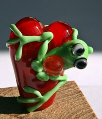 Heart and frog (Izzybeads) Tags: red green glass heart frog bead sra lampworked 27312 izzybeads