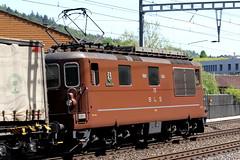 Gterzug von BLS Cargo mit brauner BLS Lokomotive Re 4/4 178 Schwarzenburg und Abrogio Sattelaufliegern unterwegs bei Ostermundigen im Kanton Bern in der Schweiz (chrchr_75) Tags: train de tren schweiz switzerland suisse swiss eisenbahn railway zug mai locomotive bern braun christoph svizzera bls bahn treno chemin centralstation 1205 fer 2012 locomotora tog juna lokomotive lok ferrovia spoorweg suissa locomotiva lokomotiv ferroviaria  locomotief chrigu ltschberg  rautatie  zoug trainen kantonbern ltschbergbahn  chrchr hurni chrchr75 chriguhurni blsre44 albumblsltschbergbahn albumbahnenderschweiz201216 mai2012 hurni120511 blsre44braun chriguhurnibluemailch albumzzz201205mai