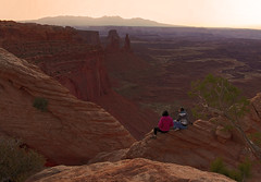 Sunrise sighs - Canyonlands NP, Utah (Robyn Hooz) Tags: people sunrise canon eos horizon canyonlands sight contemplation orizzonte guardare 600d contemplazione ef70300lis