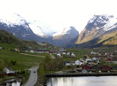 View south to Oldendalen (Eddie Crutchley) Tags: mountain snow norway olden yabbadabbadoo innvikfjorden oldendalen
