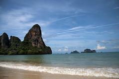 En la playa (photogemm) Tags: mar playa arena cielo nubes paraiso rocas
