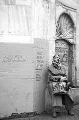 Tired lady (Maríon) Tags: street travel bw white black turkey nikon istanbul marion reise tyrkia supermarion nesje d7000 marionnesje