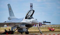 Pause repas pour les Belges ! a l'ombre d 'un F16 (Rémi Avignon) Tags: meeting f16 planes avions istres