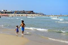 Tel Aviv / The beach / A good big brother (Pantchoa) Tags: telaviv isral plage mer mditerrane enfants grandfrre vagues eau sable rivage cte nikon d7100 1685 cielbleu pantchoa franoisdenodrest