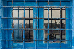outside in (maulbeerbaum) Tags: blue reflection window bench grid fenster bank frame blau laterne spiegelung rahmen gitter fuerte vergittert
