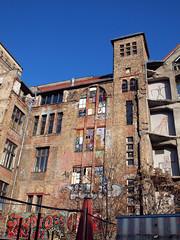 """Rckseite vom """"Tacheles"""" in Berlin (JuliSonne) Tags: berlin graffiti alt kunst himmel haus architektur schmiede tacheles mauer kunsthalle knstler kreativ kunstschmiede gewerbe immobilie azurblau kunststil abrishaus kunstrichtungen"""