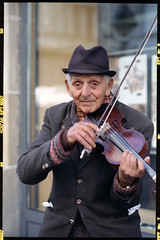 Old man & violin (BG Sixtyniner) Tags: street 2001 old man cross kodak super player violin handheld linhof entertainer 6x9 expired performer ektachrome iv processed ept schneiderkreuznach 125asa 180mm technika 160t telearton l308 seconic