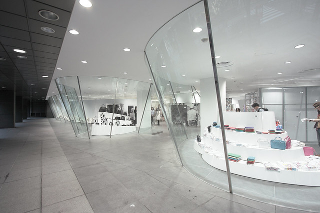 shop architecture facade tokyo design boutique 東京 aoyama 建築 futuresystems 青山 commedesgarcons reikawakubo 川久保玲 eos40d