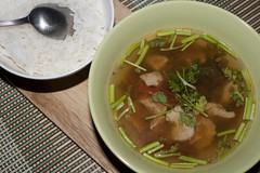 IMG_9285 x - Tom yam gai ~ Thailändische sauer-scharfe Hühnersuppe (InsaneAnni) Tags: food hot chicken dinner soup onions thai spicy küche selfmade sauer zwiebeln scharf koriander scharfe hühnersuppe thailändische tomyamgai