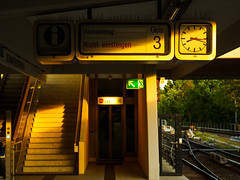 Fallblattanzeiger (Fleksa) Tags: sunset train metro olympus ubahn em1 fallblattanzeiger