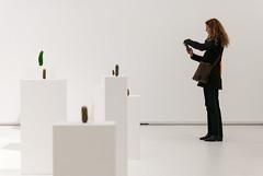 Frauen, die auf Gurken starren (knipserkrause) Tags: museum kunst gurke selbstportrait phallus schirn weis