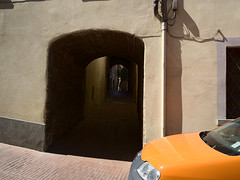 San-Gimignano_e-m10_1005125743 (Torben*) Tags: auto italien shadow italy orange car gate tuscany sangimignano tor schatten toskana rawtherapee olympusm17mmf18 olympusomdem10