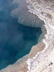 Artemisia Geyser (Isa T_B.) Tags: blue usa september yellowstonenationalpark yellowstone wyoming geyser thermophiles uppergeyserbasin artemisiageyser heatloving