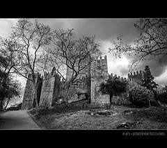 Castelo de Guimares [6092; B&W] (josefrancisco.salgado) Tags: bw castle blancoynegro portugal blackwhite nikon europa europe guimaraes pt nikkor castillo braga guimares castelodeguimares d3s 2470mmf28g 20120318260922