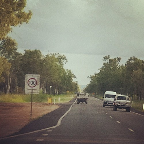 Yes, that says 100. Yes, that's the speed limit. Yes, it's in kilometers. 