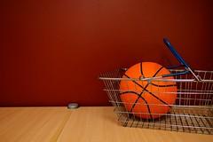 バスケットボールが入ったショッピングカート
