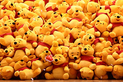 (Nitekite) Tags: yellow mas heart disney gelb winniethepooh poohbear herz antwerpen bren loveme belgien kuscheltiere winniepuuh cmwd cmwdyellow museumaandestroom puderbr cmwdweeklywinner alanalexandermilne