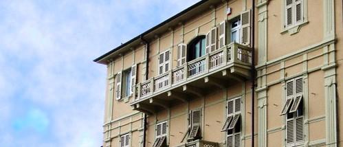 Finestre e persiane per un condominio dalle finiture di pregio