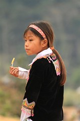 lecca-lecca/ lollipop (lucy e gian) Tags: vietnam sguardo diadema montagna ritratto nero sapa abito laocai bambina profilo etnie leccalecca abitotradizionale etnieminori tradizionecolori