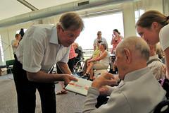 De senioren die hebben meegeholpen aan de tentoonstelling krijgen een geschenk