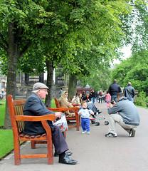 Generations (Evelien Gerrits) Tags: park trees people man tree green garden person scotland bomen women groen foto child picture princesstreetgardens posing princesstreet bank oldman boom kind mens tuin vrouw mensen schotland bech poseren oudeman eveliengerrits