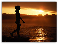 Sonmbula buscando la luz (Jos Luis Lpez Vzquez) Tags: sea woman sun girl naked nude chica shadows amanecer silueta