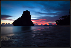 Sunset at Phra Nang beach (Frederic Huber | Photography) Tags: blue sunset red sea rot beach water canon thailand meer wasser colours sonnenuntergang blau ferien krabi railay rayavadee phranang eos7d sigma816 frederichuber
