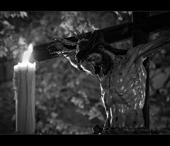 Luz de Cristo. (Javier Martinez de la Ossa) Tags: blackandwhite bw espaa byn blancoynegro sevilla andaluca spain seville bn cristo andalusia espagne semanasanta holyweek siviglia cirio elcalvario crucificado d700 hachn lamadrugada javiermartinezdelaossa flickrstruereflection1