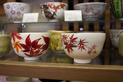 IMG_8109 (Christian Kaden) Tags: japan shop kyoto tea bowl  pottery  kioto kansai tee geschft teaset chawan teashop  keramik schale  tpferei gojo   teaservice teeladen     gojozaka    teegeschirr ikai trinkschale  matchabowl teautensils  teeutensilien matchaschale