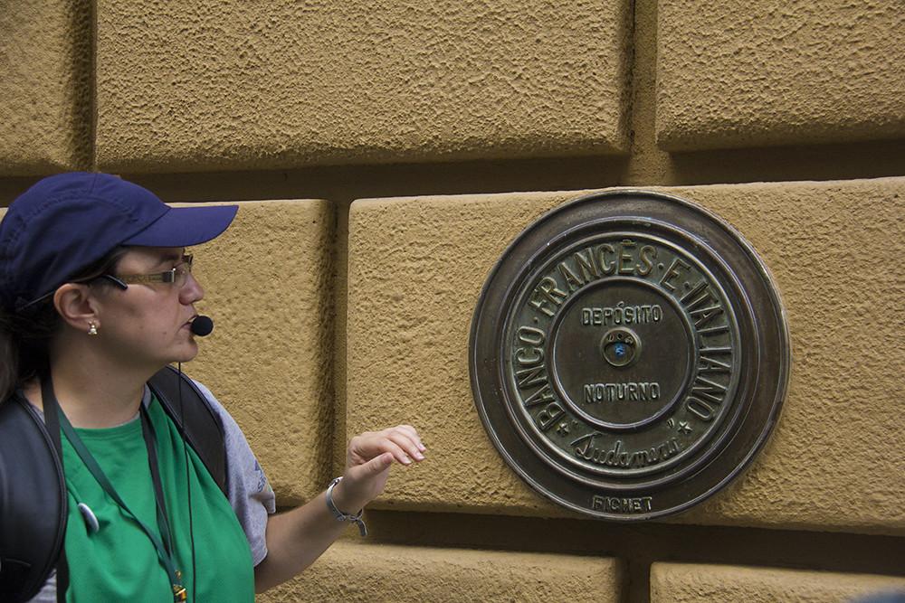 Tour Centro Histórico de São Paulo - Guia explicando sobre as bocas de depósito nortuno