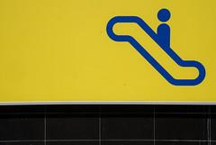 Cada libre (adrizufe) Tags: azul nikon ngc icon amarillo durango basquecountry obras lineas inacabado escalerasmecanicas durangaldea aplusphoto d7000 adrizufe adrianzubia